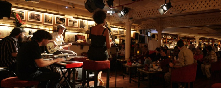 Panorámica-concierto-Khaoula-Bouchkhi-en-Fiesta-Facebook-de-Milano-Cocktail-Bar